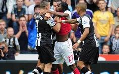 FA phạt Newcastle và Arsenal