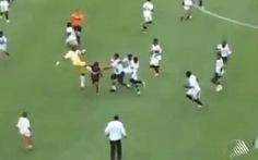 Cầu thủ nhí đánh nhau như phim kungfu