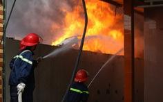 Cháy lớn tại kho sơn trên đường vào Trại tạm giam Hà Nội