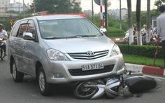 Ôtô cuốn xe máy vào gầm, một phụ nữ thoát chết
