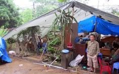 Nhà hư hỏng do vụ nổ pháo hoa, dân dựng lều ở tạm
