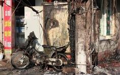 Cháy cột điện, thiêu rụi một xe máy