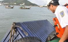 Vớt được nhiều container của tàu bị nghiêng