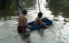 Vỡ bờ bao, người dân Sài Gòn chạy lụt
