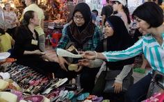 Khách nước ngoài đi chợ mua sỉ hàng chục ngàn USD