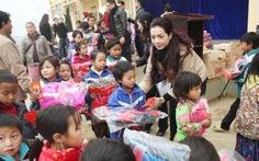 Nhóm người đẹp tặng quà tết cho trẻ em vùng cao