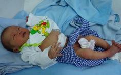 Bé sơ sinh bị bỏ rơi trong thùng mì tôm