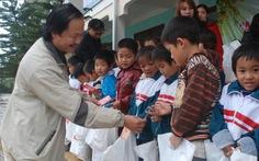 Tuổi Trẻ đưa quà tết về với thầy trò vùng lũ Quảng Bình