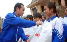 Quà tết Tuổi Trẻ đến với học trò vùng biên giới Thượng Trạch