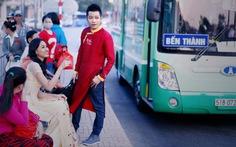 Diện áo dài đi xe buýt ngày Tết