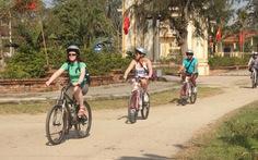 Khách nước ngoài đạp xe thăm làng quê tết
