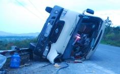 Tông vào tảng đá, xe khách gặp nạn trên đèo Mang Yang