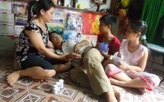 Vợ phụ hồ nuôi chồng nằm liệt