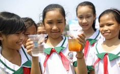 Nước uống sạch cho bà con vùng lũ