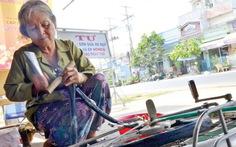 Người mẹ già 62 tuổi sửa xe đạp