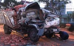 """Xe tải """"húc"""" đuôi xe container, phụ xe chết ngay trong cabin"""