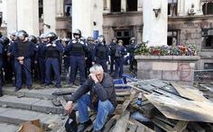 Nhà báo Việt Nam ở Odessa: Phía trước tòa nhà công đoàn