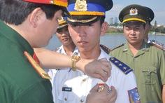 """Hai thuyền trưởng tàu CSB nhận huy hiệu """"Tuổi trẻ dũng cảm"""""""