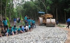 Đoàn viên thanh niên xây dựng đường nông thôn