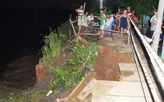 Sạt lở bờ sông Long Kiển, 7 hộ dân bị chia cắt