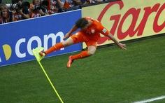 """""""Diễn viên đóng thế"""" Huntelaar cứu Van Persie"""
