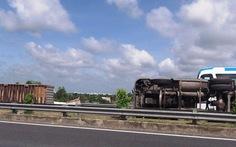 Lật xe gây kẹt xe kéo dài trên cao tốc Trung Lương