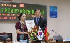 Nghệ sĩ VN tặng tranh Đông Hồ tại Hàn Quốc