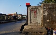 Làm cầu mới,vứt bỏ bia đá cổ