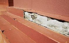 Tường nhà bảo tàng rơi gạch ốp