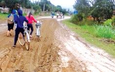 Học sinh lội bùn đất đến trường