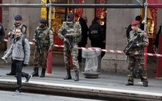 Hai binh sĩ Pháp bị tấn công bằng dao