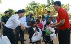 Tuổi Trẻ tặng quà tết cho học sinh biên giới Bình Phước