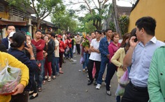 Dòng người đông nghịt đổ về lễ vía chùa Ông phố Hội