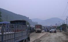 Hàng trăm xe tải dồn ứ trên đèo Mang Yang