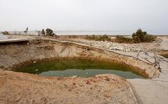 Xuất hiện hơn 3.000 hố quanh biển Chết