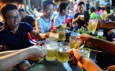 Đặt chai bia lên bàn và nhìn từ nhiều phía