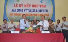 Ký hợp tác xây ký túc xá do ông Phạm Văn Bên tặng