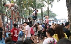 Điểm tin: Chen lấn, leo trèo vào công viên nước