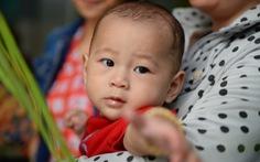 Bé Nguyễn Quốc Huy 5 tháng sau tai nạn khủng khiếp