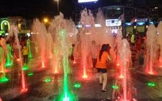Tắm ở vòi phun nước ở quảng trường Nguyễn Huệ: phản cảm!