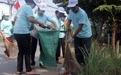Tặng bồn nước, thùng rác cho hàng trăm hộ dân