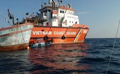 Cảnh sát biển cứu thành công tàu cá sắp chìm