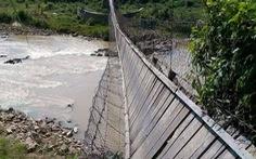 Đứt cáp cầu treo, người và bò bị rơi xuống suối
