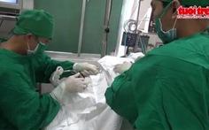 Gắp một con đỉa sống từ thanh quản bệnh nhân