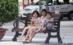 Lắp đặt 20 băng ghế đầu tiên trên quảng trường Nguyễn Huệ