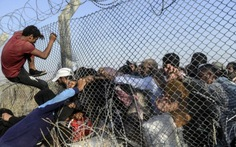 Người tị nạn Syria vượt rào thép gai qua Thổ Nhĩ Kỳ