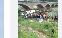 Xe buýt lao xuống sông, gần chục người thiệt mạng