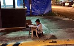 Bức ảnh cậu bé Philippines học trên vỉa hè gây xúc động