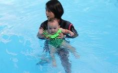 Chưa biết đi, đã tập bơi