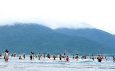Chưa phạt ai xả rác trên biển Đà Nẵng